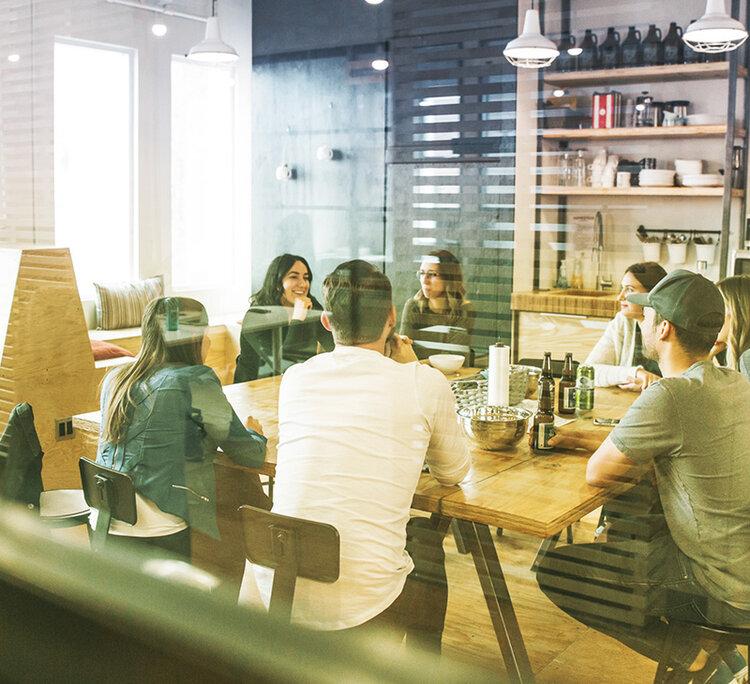 Das Team von Virtivity sitzt am Tisch im modernen Besprechungsraum